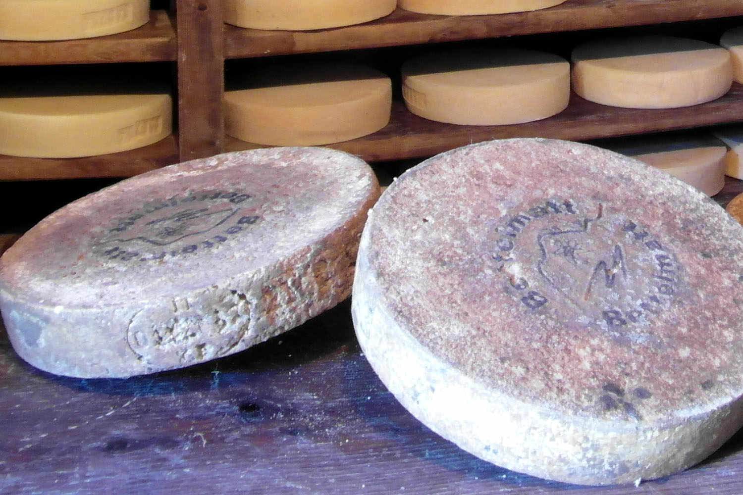 Bettelmatt. The resulting cylindrical cheese is between 4 and 6kg, 8cm thick, and a diameter of 25-35cm.